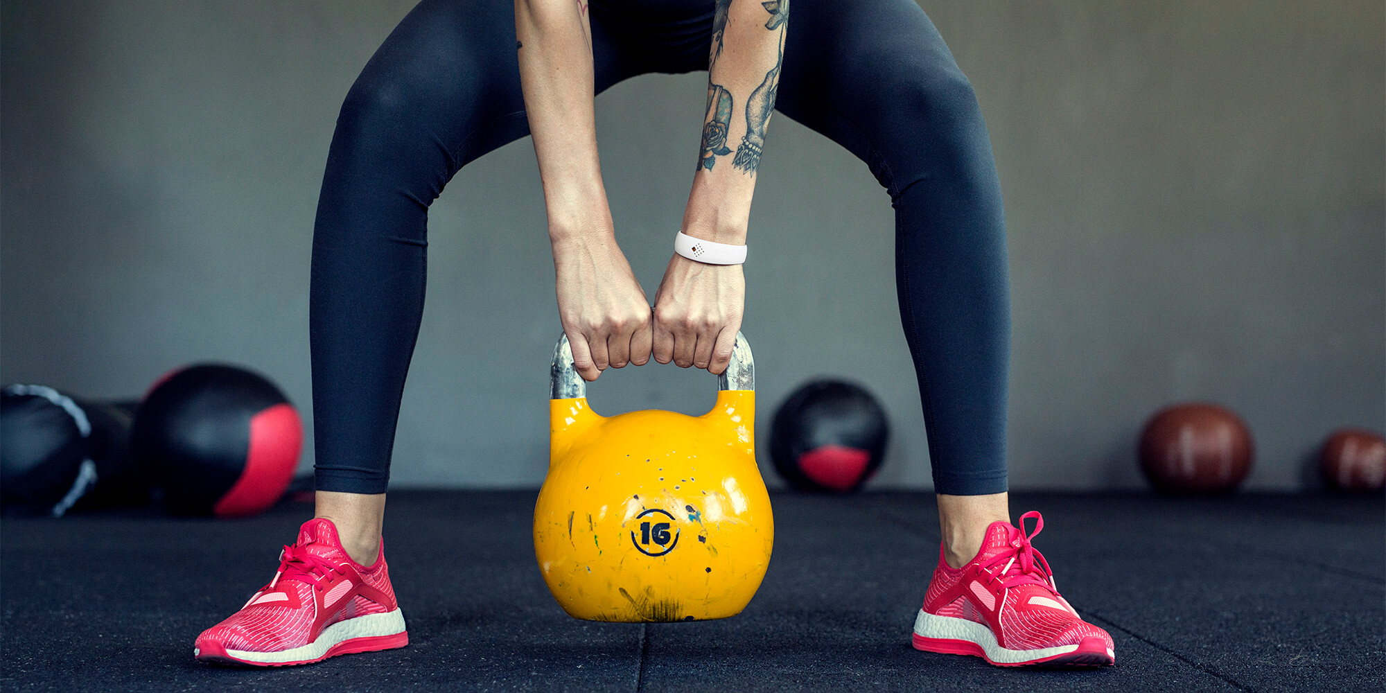 Mergina sporto salėje dėvi tvirtą AMBRIO apyrankę