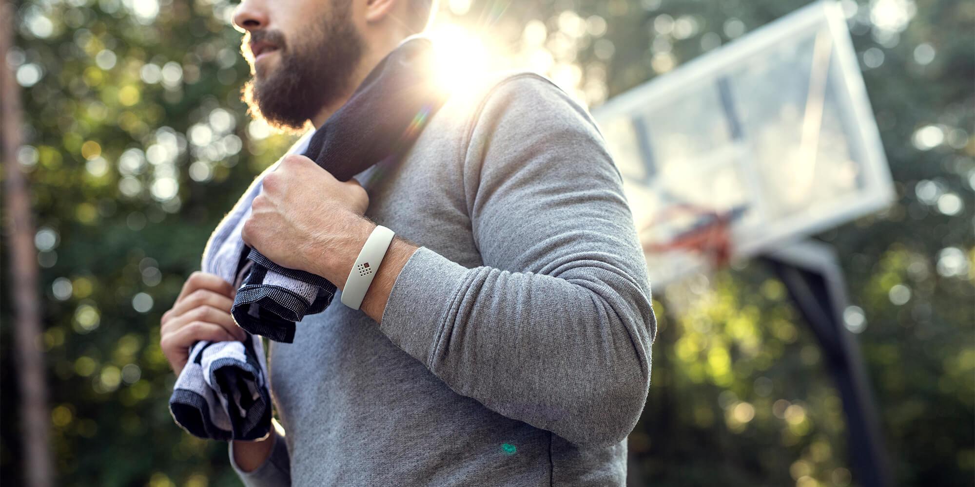Vyras sportuoja lauke nešiodamas jaukią AMBRIO apyrankę