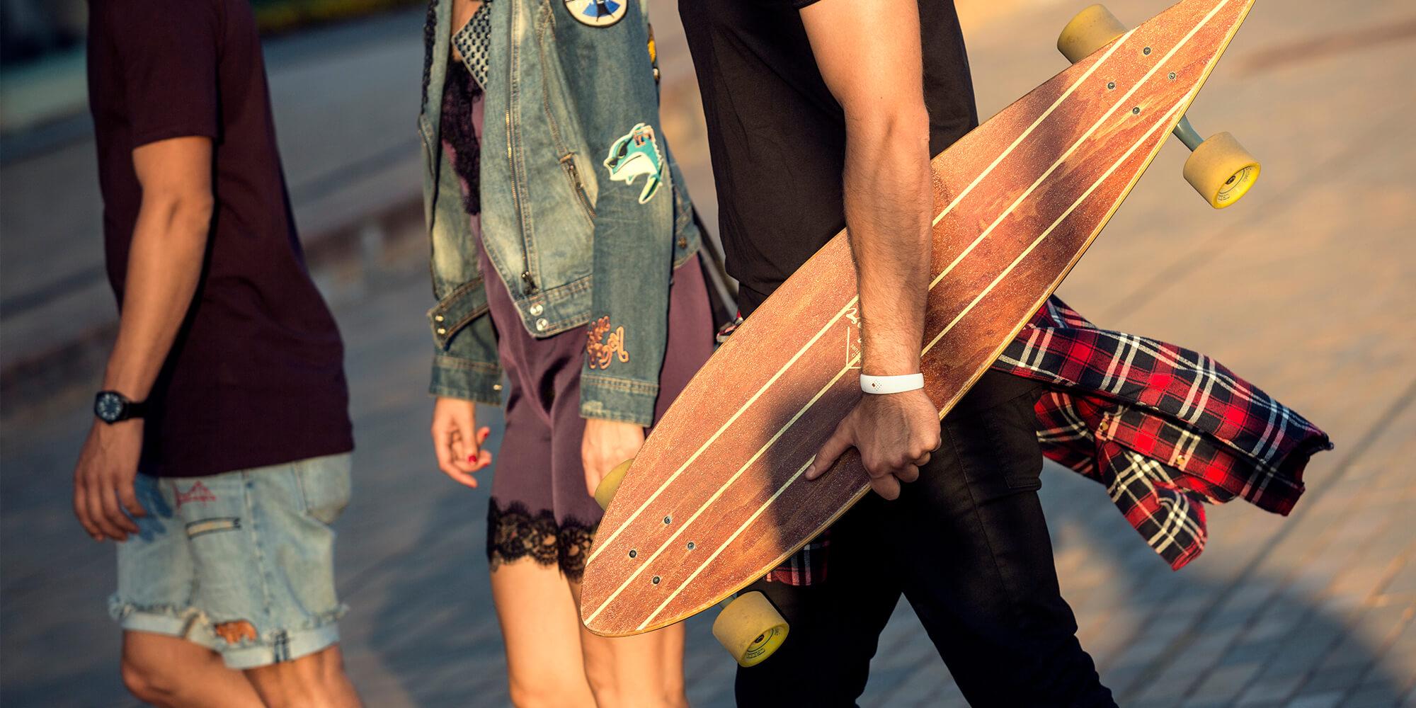 Vaikinas nešioja savo mėgiamą AMBRIO apyrankę susitikęs su draugais