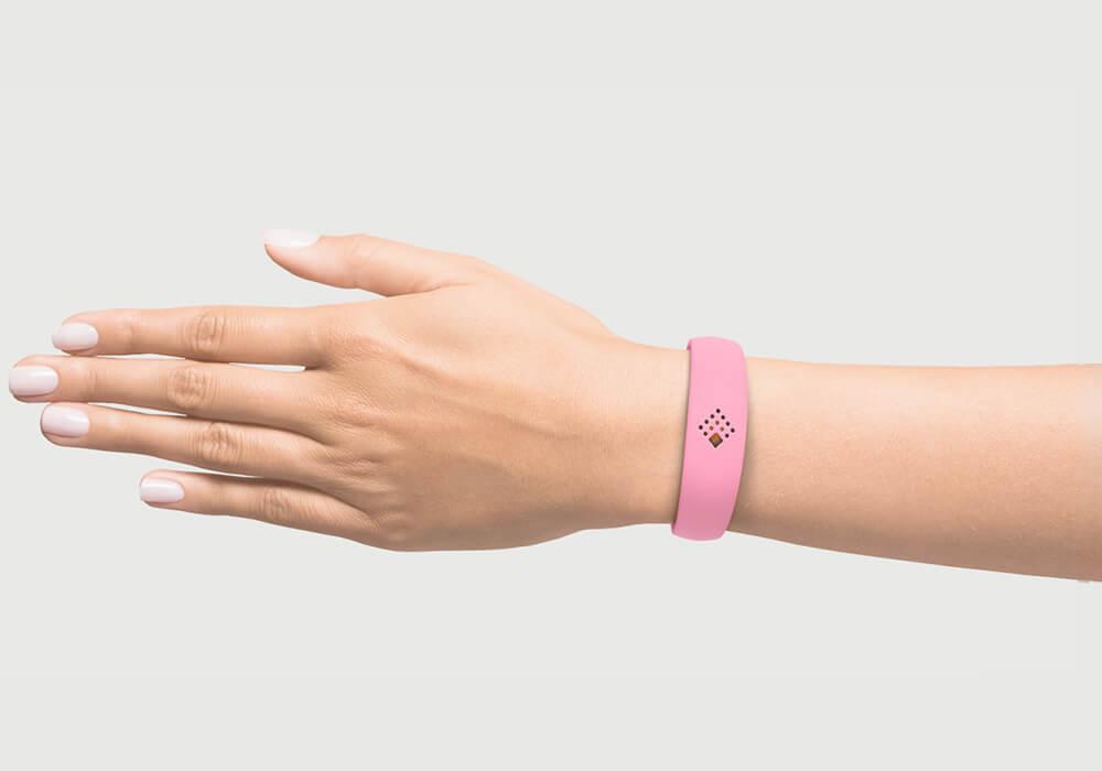 Rožinė AMBRIO apyrankė ant moteriškos rankos mob