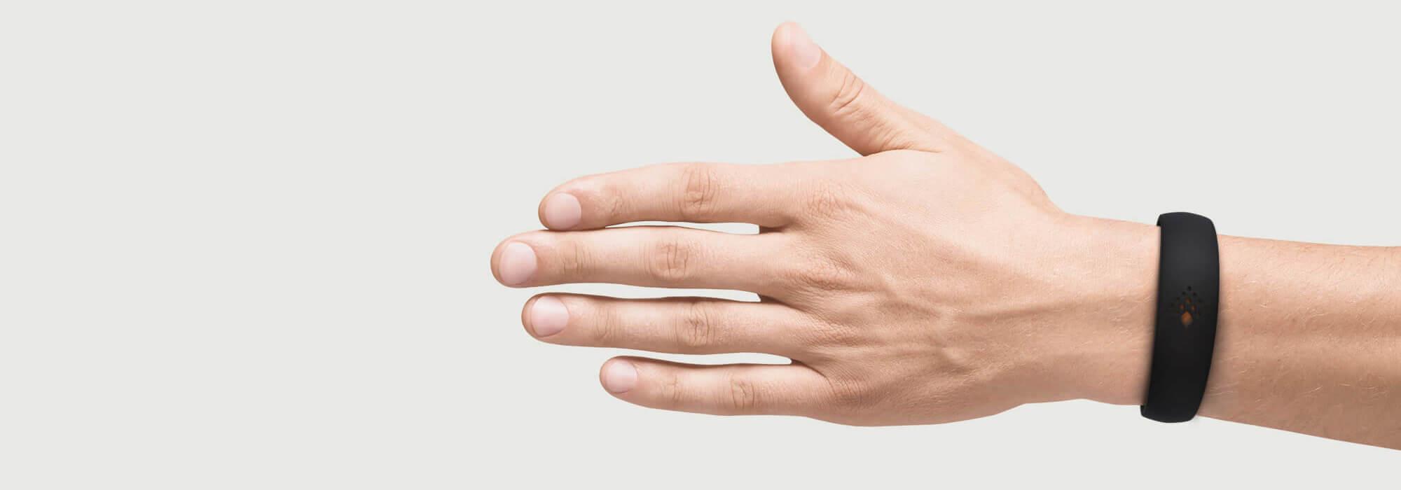 Juoda AMBRIO apyrankė ant vyriškos rankos