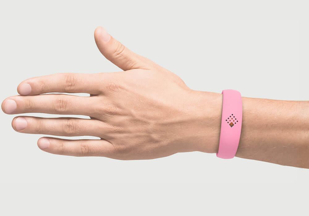 Rožinė AMBRIO apyrankė ant vyriškos rankos mob