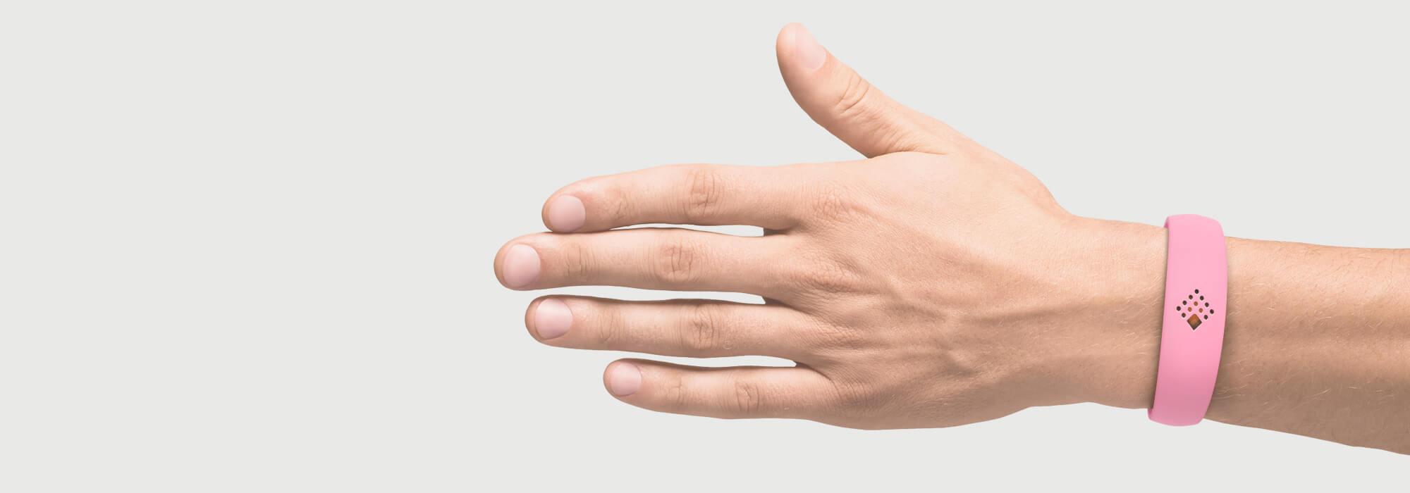 Rožinė AMBRIO apyrankė ant vyriškos rankos