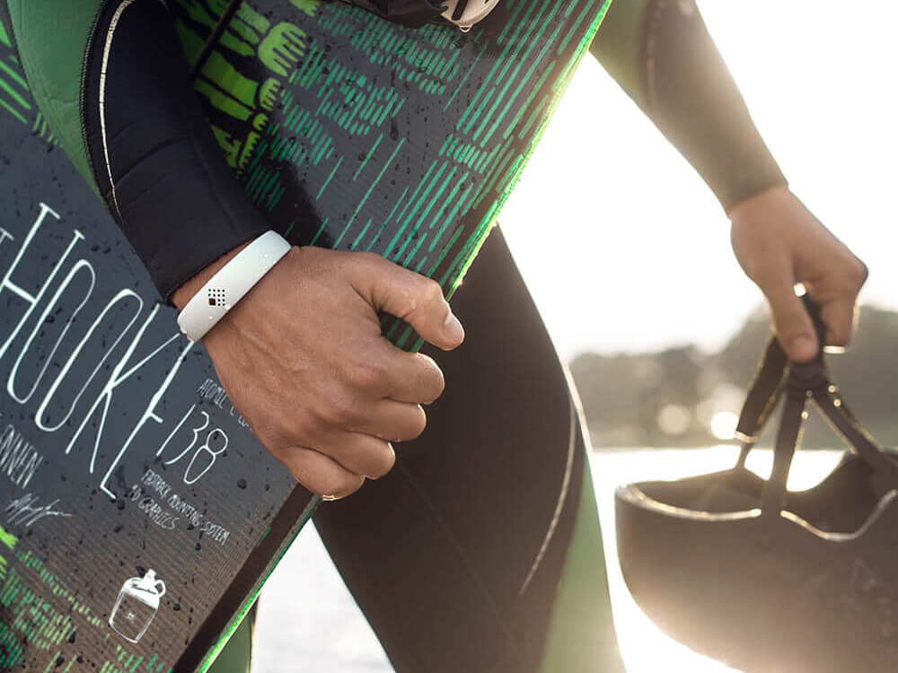 Vaikinas sportuoja vandenyje dėvėdamas minimalistinio dizaino AMBRIO apyrankę