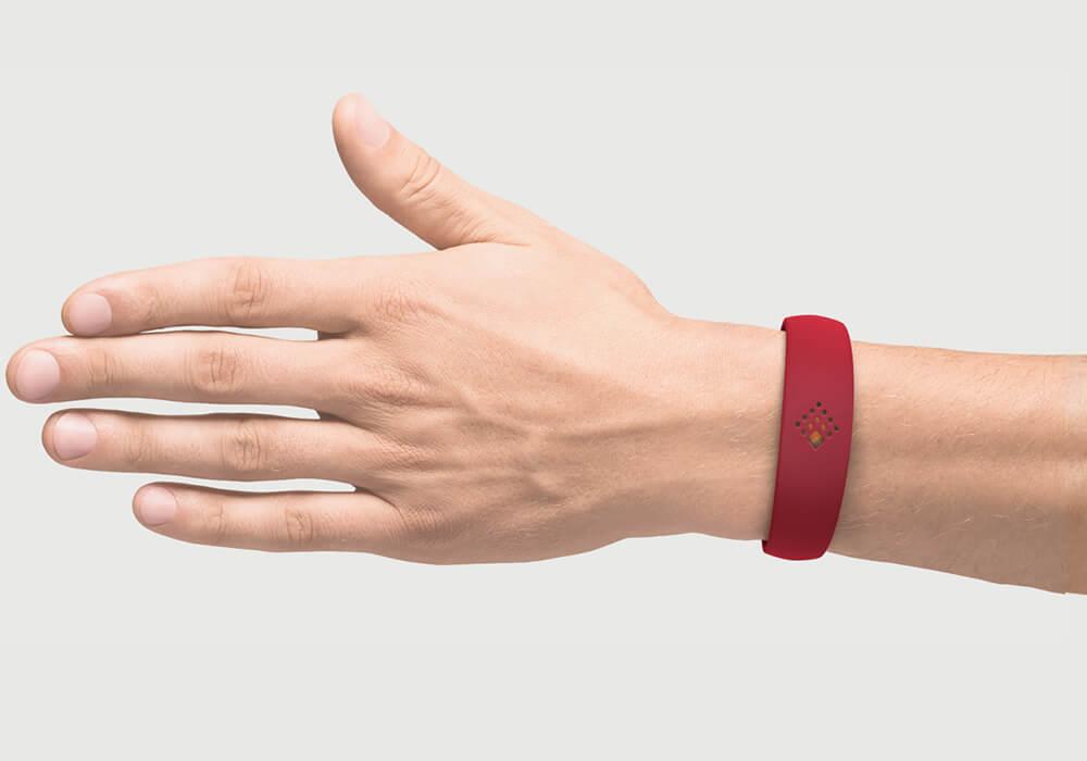 Latvijas sarkanajā krāsā AMBRIO aproce uz vīrieša rokas mob