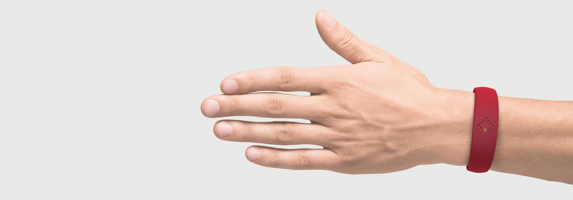 Latvijas sarkanajā krāsā AMBRIO aproce uz vīrieša rokas