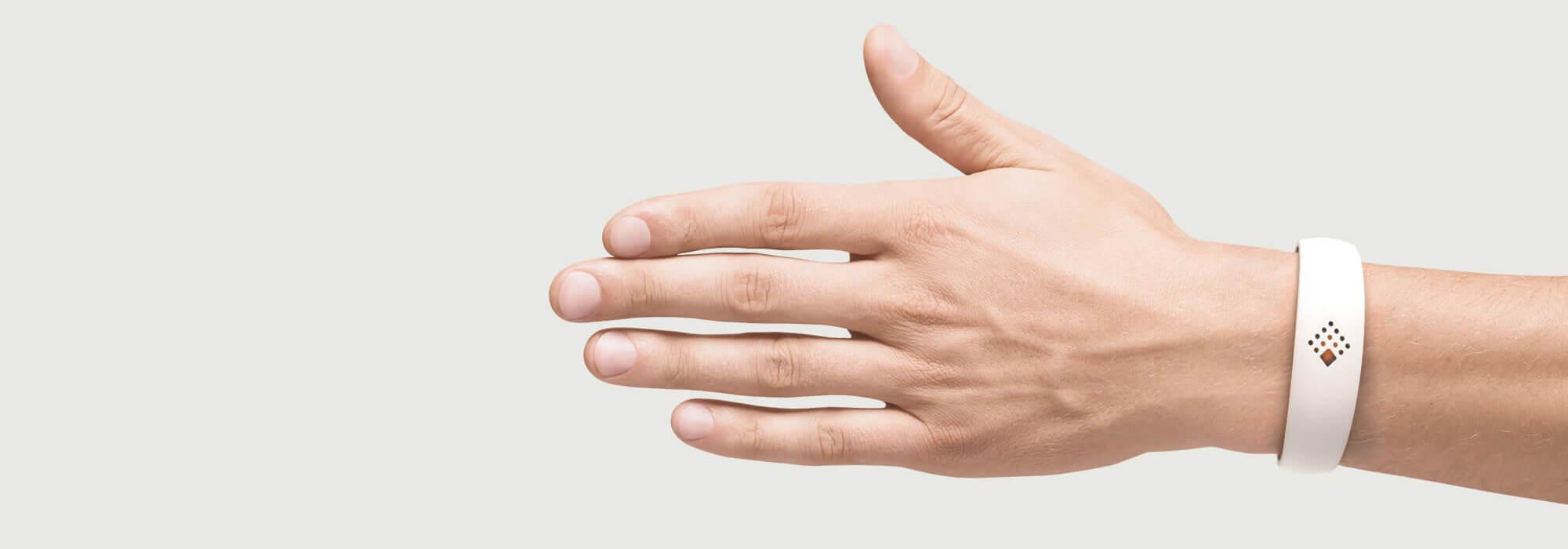 Balta AMBRIO aproce uz vīrieša rokas