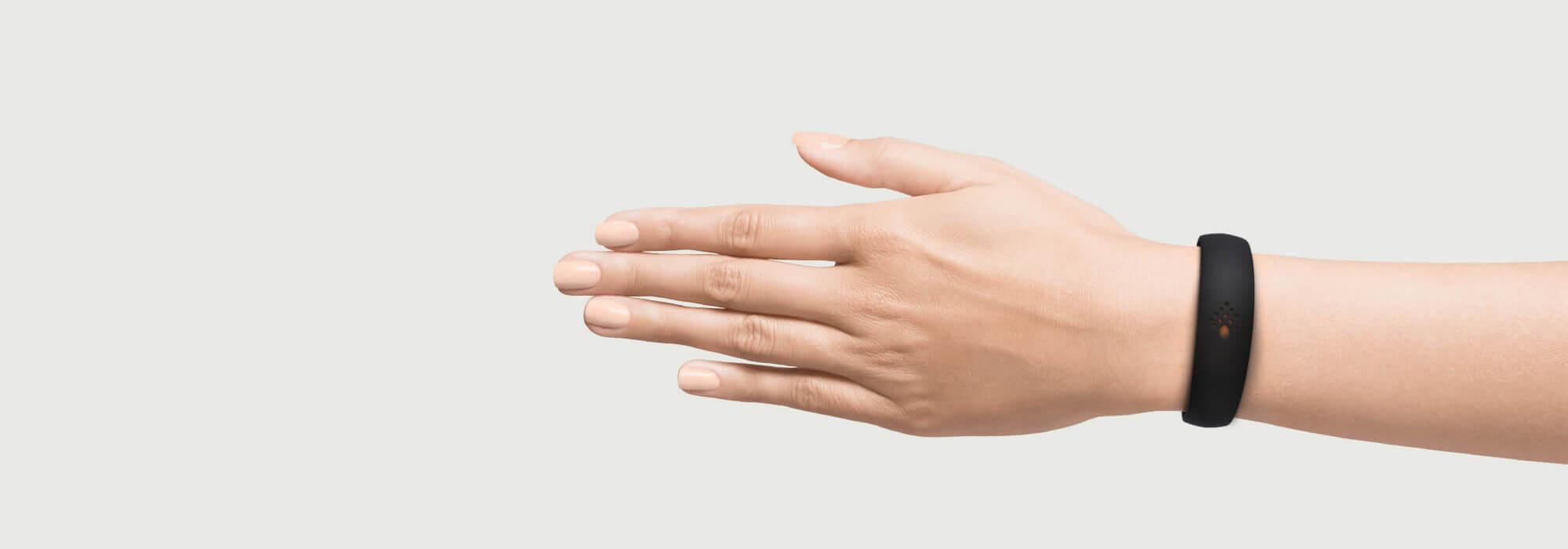 Melna AMBRIO aproce uz sievietes rokas