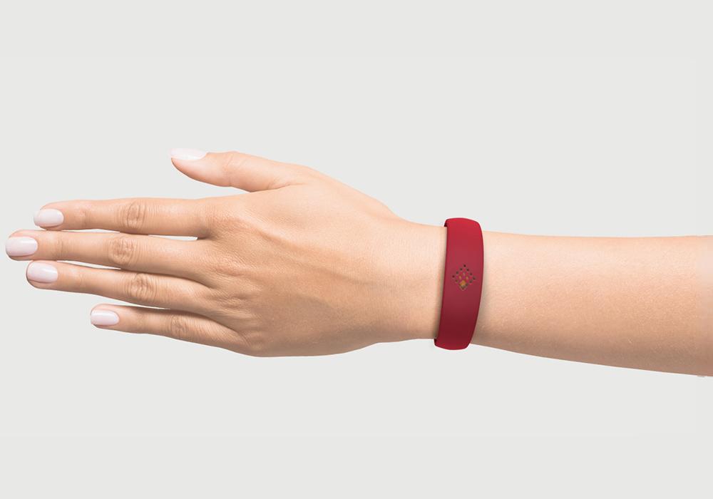 Latvijas sarkanajā krāsā AMBRIO aproce uz sievietes rokas