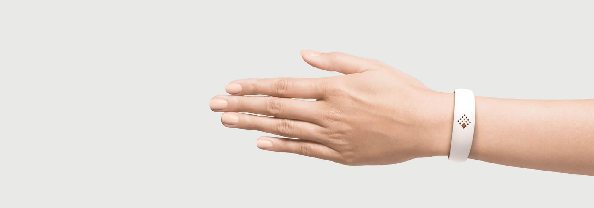 Balta AMBRIO aproce uz sievietes rokas