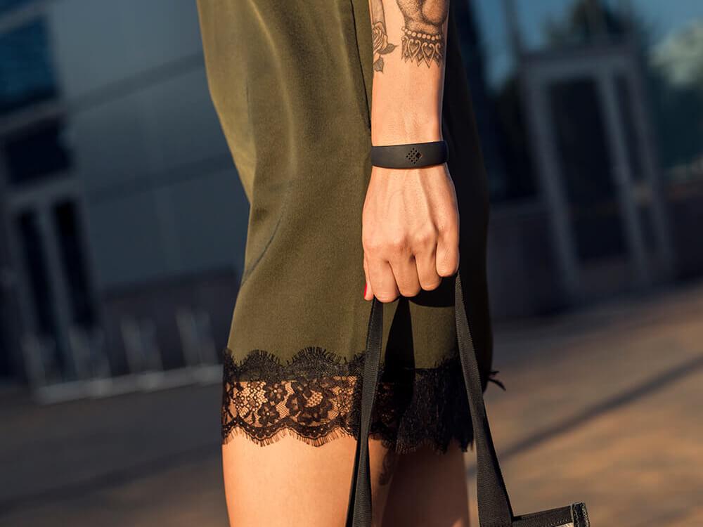 Sieviete apģērbusi izsmalcinātu AMBRIO aproci, tur rokssomiņu